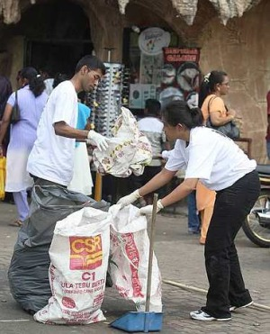 Puvanan at Batu Caves clean up by Sampah Masyarakat